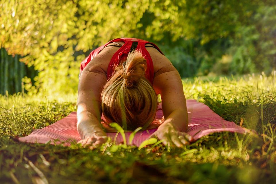 cvičení na trávníku