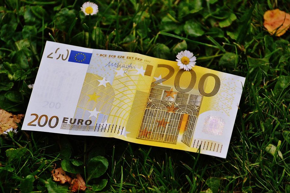 dvě stovky eur