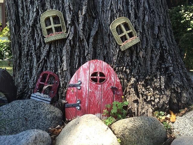 strom, dvířka, okna